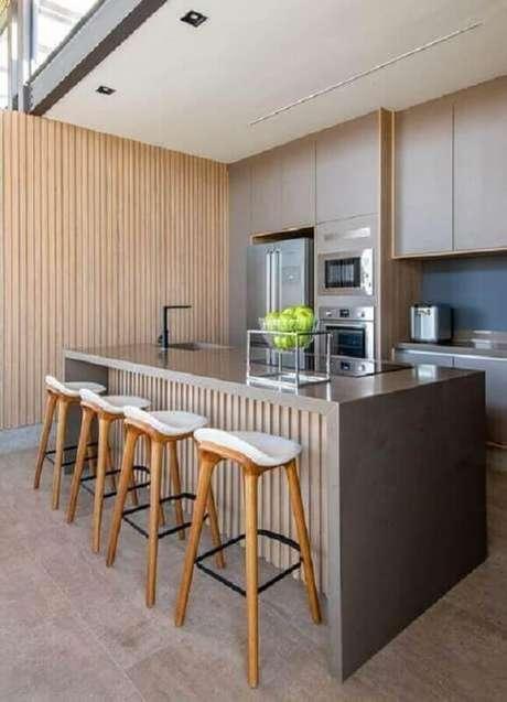 24. Decoração moderna com revestimento de madeira para cozinha com balcão no meio – Foto: Casa de Valentina