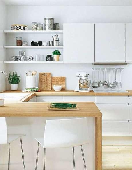 8. Decoração clean para cozinha com balcão de madeira e armários brancos – Foto: Elle Décoration