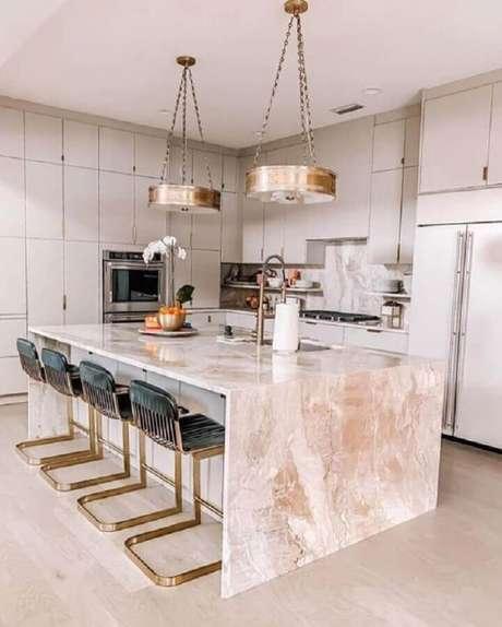 56. Decoração sofisticada para cozinha com balcão no meio de mármore – Foto: We Heart It