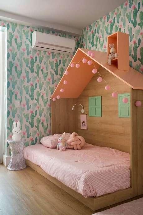 7. Decoração com cama casinha e papel de parede para quarto infantil feminino – Foto: Casa de Valentina