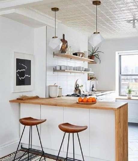 18. Decoração simples para cozinha com balcão de madeira – Foto: Apartment Therapy