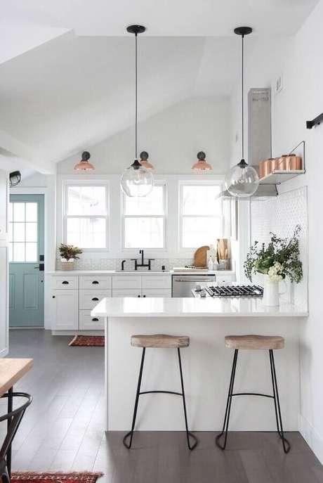 2. Decoração clean para cozinha branca planejada com balcão em U – Foto: Copeland + Co. Interiors
