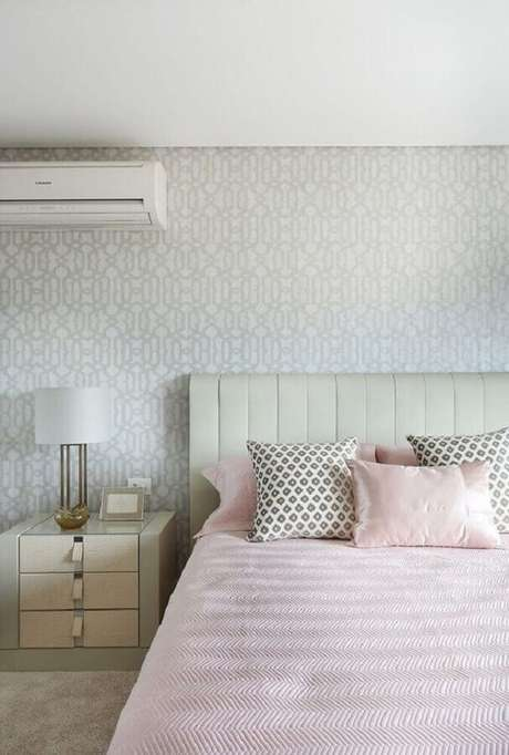 12. Decoração clean com papel de parede para quarto feminino branco – Foto: Histórias de Casa