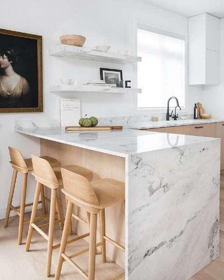 26. Decoração clean para cozinha com balcão de mármore – Foto: Apartment Therapy