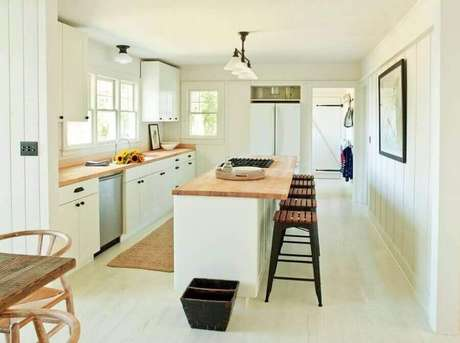52. Decoração simples para cozinha com balcão no meio de madeira – Foto: Pinterest