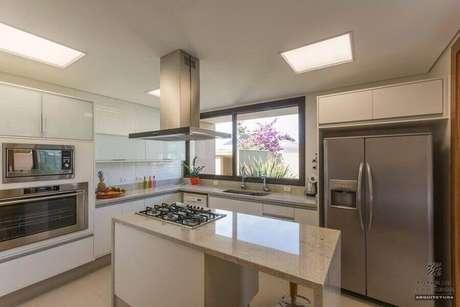 4. Decoração de cozinha com balcão de granito no meio com cooktop – Foto: Jannini Sagarra
