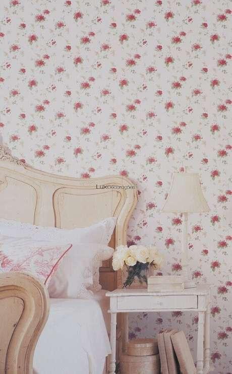 33. Decoração simples com papel de parede para quarto feminino floral – Foto: Pinterest
