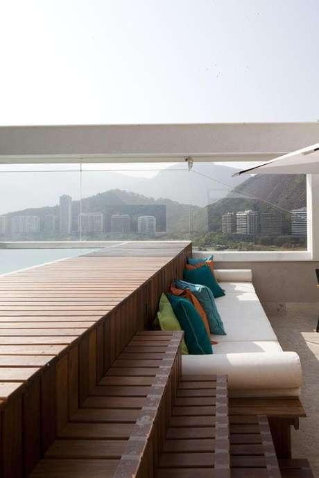 58. Piscina elevada com deck de madeira e sofá branco – Foto Pinterest