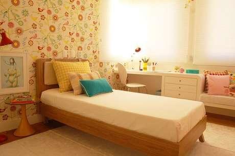 22. Decoração com papel de parede para quarto feminino infantil floral – Foto: Casa de Valentina