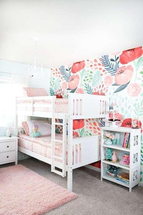 10. Decoração simples com beliche branca e papel de parede para quarto infantil feminino – Foto: The House of Hood Blog