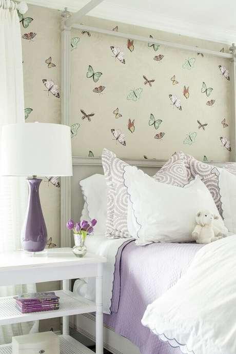 25. Decoração de quarto feminino com papel de parede com estampa de borboletas – Foto: Pinterest