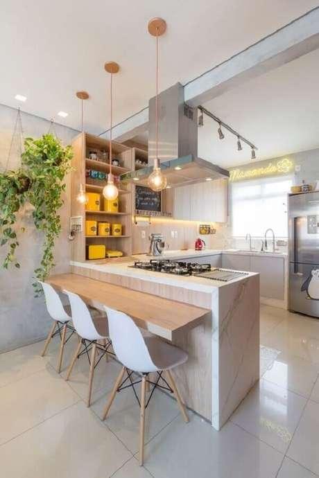 28. Decoração com balcão de cozinha com pia e cooktop planejado – Foto: Arkpad