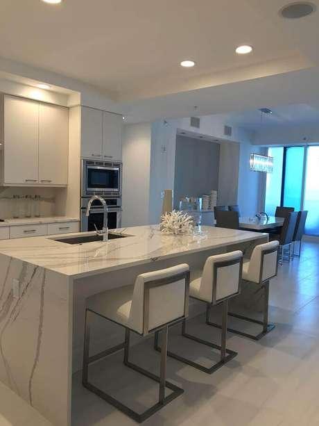 27. Decoração clean para cozinha com balcão de mármore no meio do ambiente – Foto: Real Simples