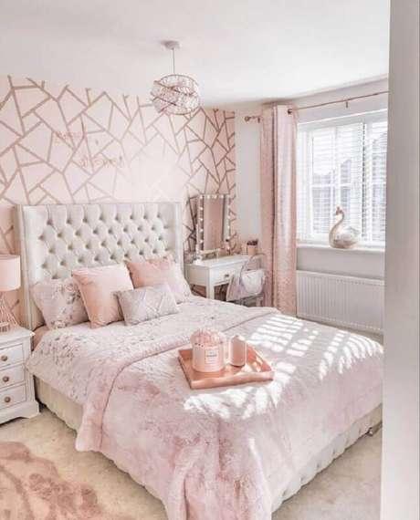 48. Papel de parede para quarto feminino branco e rosa decorado com cabeceira capitonê – Foto: Pinterest