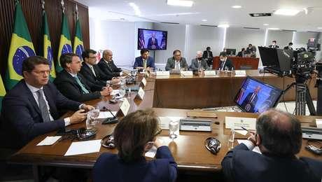 O presidente diante do teleprompter e do monitor usados em sua transmissão na Cúpula dos Líderes sobre o Clima
