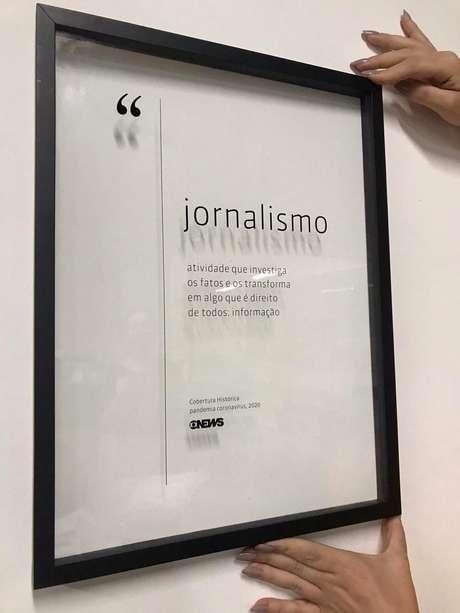 O quadro presenteado pela direção da GloboNews já foi exibido com orgulho por vários jornalistas atuantes na cobertura da pandemia