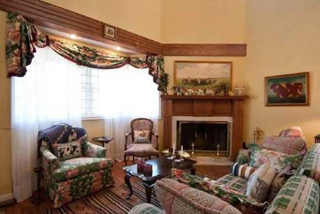 2. Invista em móveis com design provençal para casas de fazenda antigas.