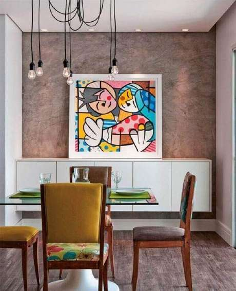 18. Sala de jantar moderna decorada com quadro grande apoiado no buffet branco – Foto: Pinterest