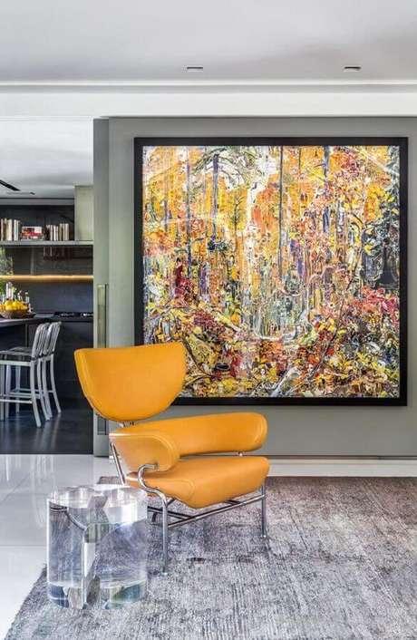 1. Hall de entrada moderno decorado com quadro grande e poltrona amarela – Foto: Histórias de Casa