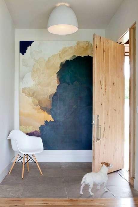 10. Quadro grande para hall de entrada decorado com porta de madeira – Foto: Archidea