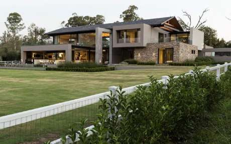 5. Casas de fazenda modernas com paredes de vidro garante um ambiente bem iluminado e uma visão privilegiada do local.