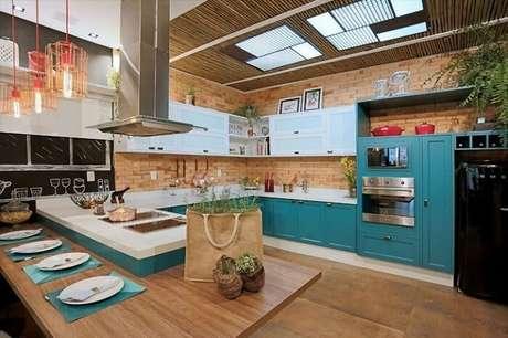 79. Cozinha espetacular em tons de branco e azul turquesa. Fonte: Pinterest