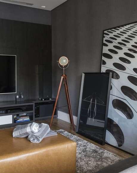 63. Sala cinza moderna decorada com luminária de piso e quadro grande apoiado no chão – Foto: Studio Deux