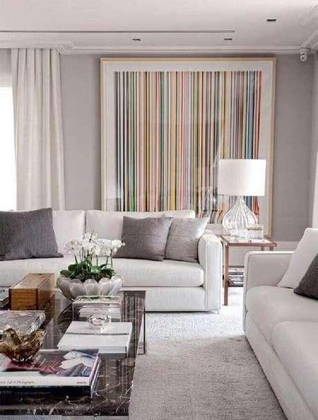 13. Decoração com quadro grande para sala de estar cinza e branca – Foto: Pinterest
