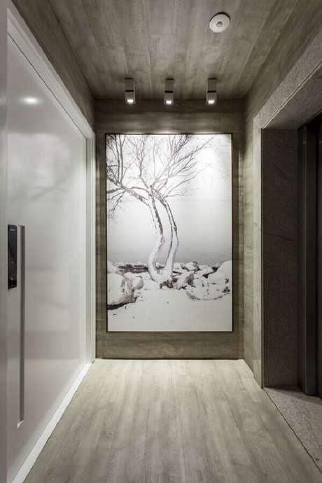 22. Hall de entrada moderno decorado com quadro grande – Foto: Pires e Medeiros Arquitetura
