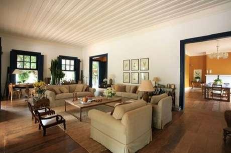 70. Casa de fazenda com sala ampla e decorada. Fonte: Pinterest