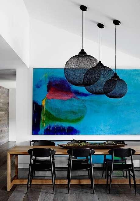 59. Quadro grande para sala de jantar moderna decorada com cadeiras pretas – Foto: Casa&Diseño
