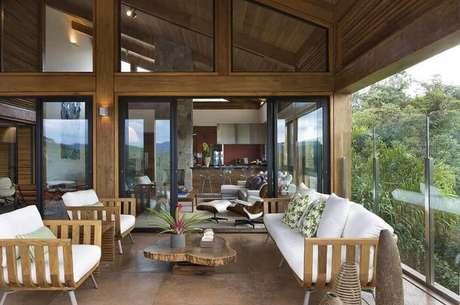 6. Para compor a decoração das casas de fazendas modernas mescle móveis modernos com móveis rústicos.
