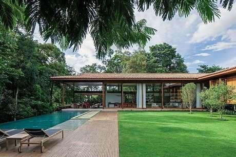 66. Casa de fazenda com fachada aberta e piscina retangular. Fonte: Pinterest