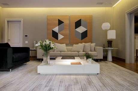 7. Quadros para sala grande decorada com poltrona preta e mesa de centro branca – Foto: Pinterest