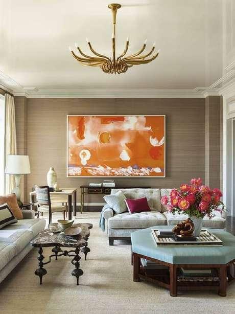 42. Quadro grande para sala de estar decorada com estilo clássico – Foto: Galerie Magazine