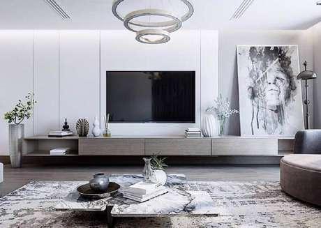 61. Sala branca moderna decorada com quadro grande apoiado no rack – Foto: Pinterest