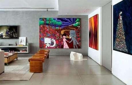 53. Quadros decorativos grandes para sala de TV moderna decorada com parede de cimento queimado – Foto: Pinterest