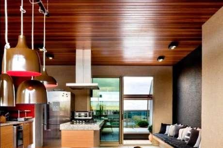 32. Tenha uma cozinha com o teto de PVC