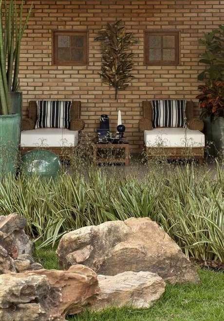 16. Invista em móveis bonitos para a varanda da casa de fazenda também.