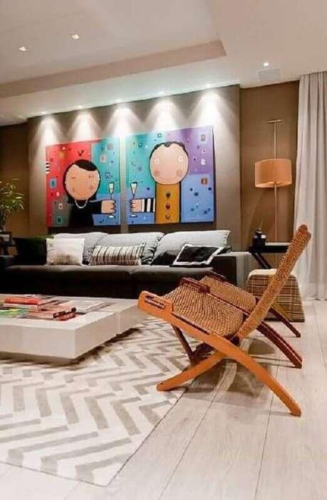 54. Quadro grande para sala de estar moderna decorada com poltronas de madeira – Foto: Pinterest