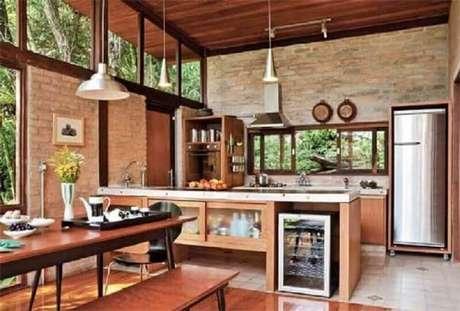 32. Essa cozinha para fazenda misturou elementos de modernidade em um ambiente rústico.