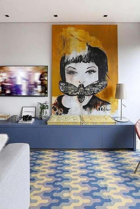 30. Quadro grande apoiado em rack azul para decoração de sala de TV – Foto: Architecture Art Designs
