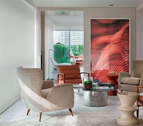 36. Quadro grande decorativo para sala decorada com várias poltronas – Foto: Pinterest