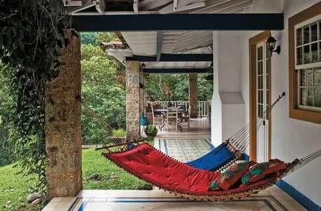 91. Se aconchegue nas redes dispersas pela varanda da casa. Fonte: Pinterest