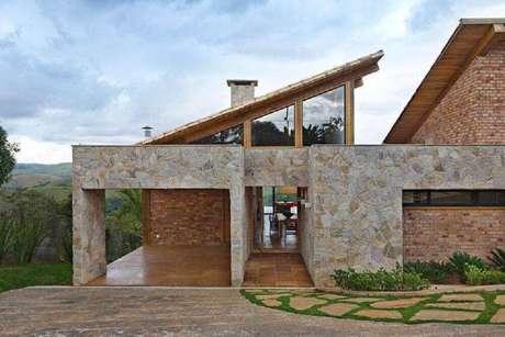 27. Linda fachada com pedras para casa de fazenda moderna
