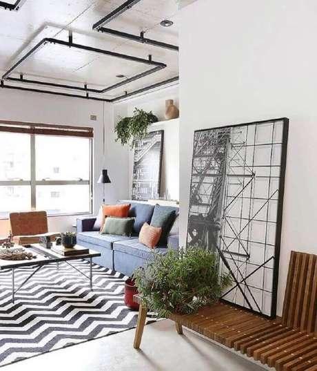 29. Quadro grande abstrato para decoração de hall com banco de madeira – Foto: Pinterest