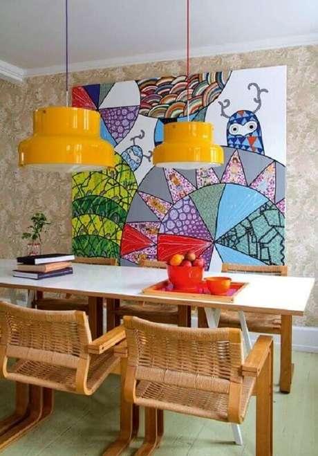 15. Quadro grande colorido para decoração de sala de jantar com cadeiras de madeira – Foto: Homify