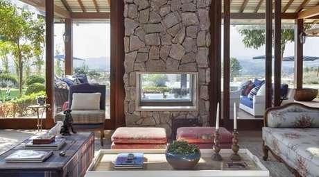 88. Lareira com estrutura de pedra encanta a decoração dessa casa de fazenda. Fonte: Pinterest