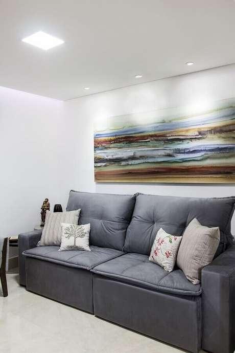 24. Decoração simples com quadro grande para sala de estar – Foto: Isabela Basques