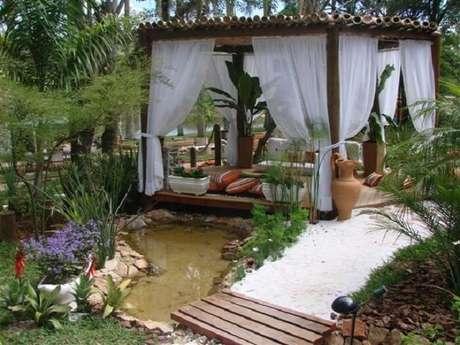 86. Invista em um jardim com plantas ornamentais para a área externa da casa de fazenda. Fonte: Pinterest